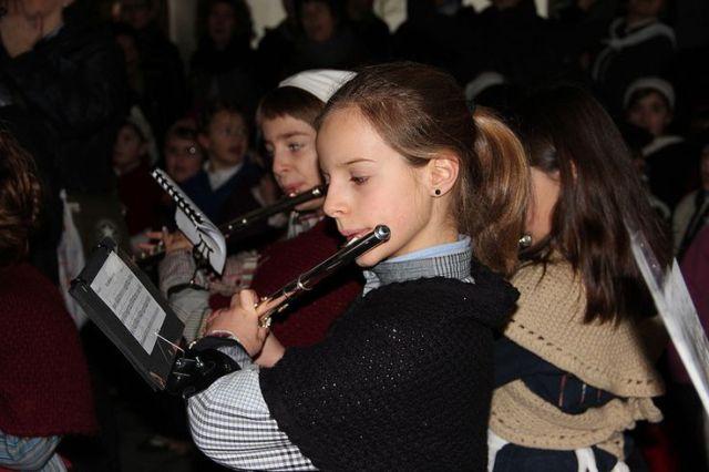 Niños cantando y tocando sus instrumentos para Olentzero. Foto Berriozar (Nafarroa) https://flic.kr/p/iC1Fks