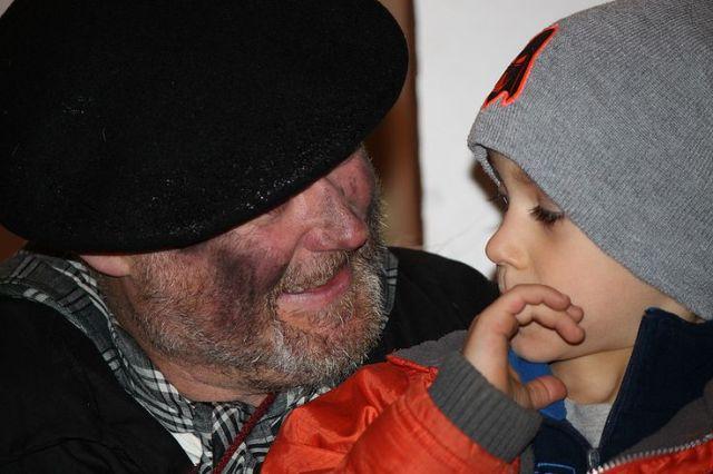 Olentzero haciendo felices a los niños. Foto Berriozar (Nafarroa) https://flic.kr/p/iC1Fks