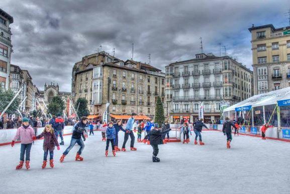 Pista de patinaje en la Plaza de la Virgen Blanca en Vitoria Gasteiz