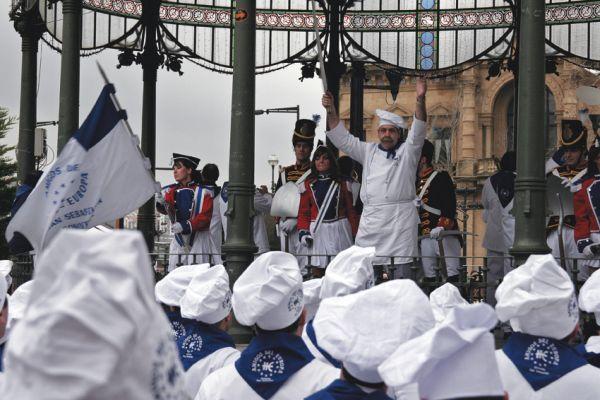 Barrileros vestidos de cocineros y portando un barril a la cintura en la Tamborrada de Donostia. San Sebastián, turismo, fiesta