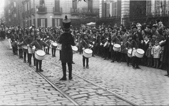 Tamborrada infantil de Euskal Billera actuando en la calle Okendo de Donostia en 1928