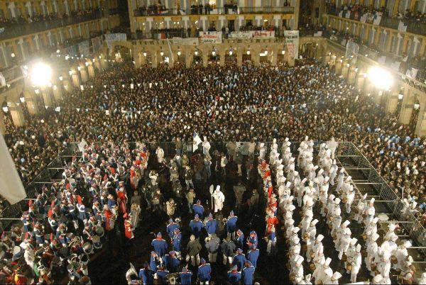 Representantes de las diferentes tamborradas se dan cita a medianoche en la Plaza de la Constitución en Donostia, turismo, Donostia, San Sebastián