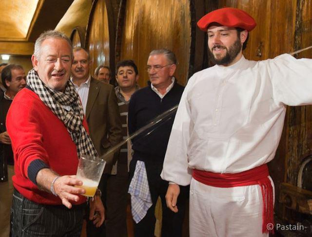 El cocinero Karlos Argiñano da inicia a la temporada de sidra de 2011 en la sidrería Petritegi de Astigarraga. txotx, sagardotegia, sagardoa